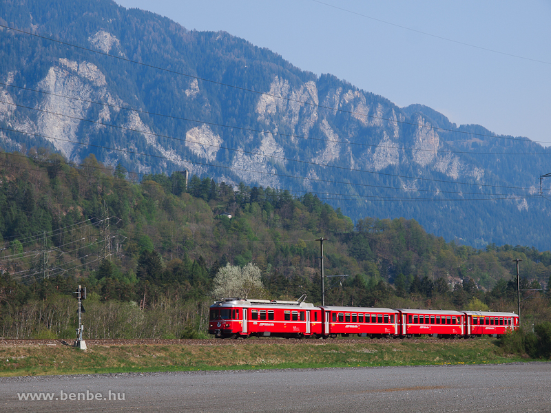 A Be 4/4 512 pályaszámú S-Bahn motorvonat Rodels-Realta és Rothenbrunnen között fotó