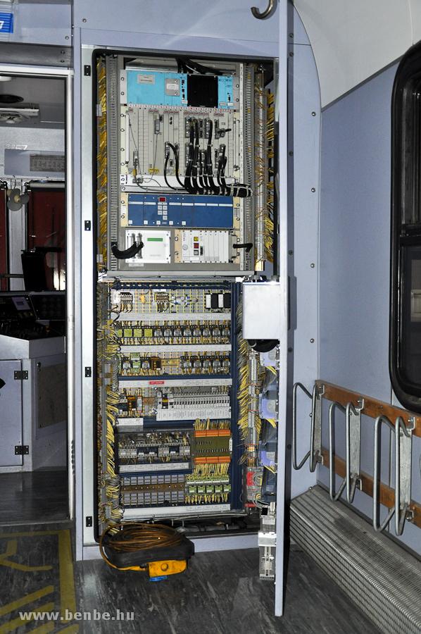Egy Stadler BDt alacsonypadlós NEVA (Neue Vereina) vezérlőkocsi egyik elektromos állványa fotó
