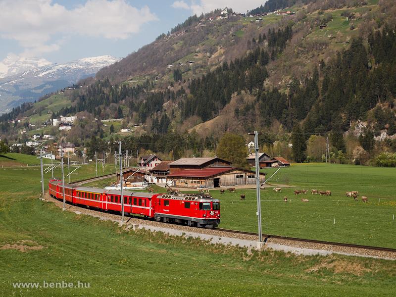 Az RhB Ge 4/4 II  612 pályaszámú villanymozdonya egy Disentis/Mustér - Chur - Scuol-Tarasp RegioExpress vonattal Ilanz és Castrisch között fotó