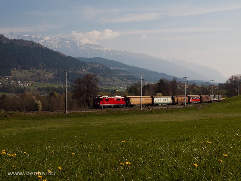 Az RhB Ge 4/4 II  627 pályaszámú villanymozdonya egy rövid tehervonattal Castrisch és Ilanz között fotó