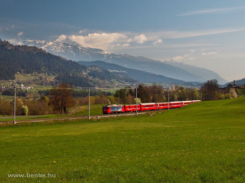 Az RhB Ge 4/4 II  617 pályaszámú   Re  Power   hirdetéssel ellátott mozdonya Castrisch és Ilanz között fotó