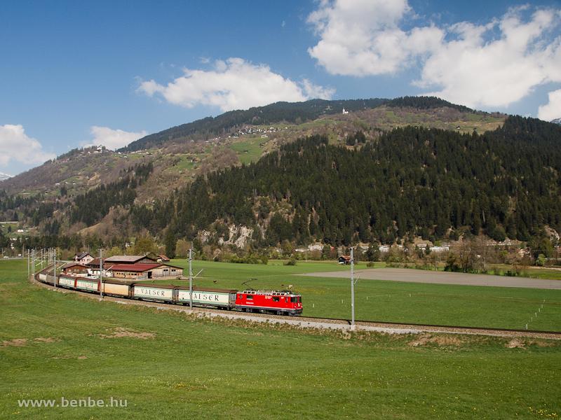 Az RhB Ge 4/4 II  627 egy Valserzuggal Ilanz és Castrisch között fotó