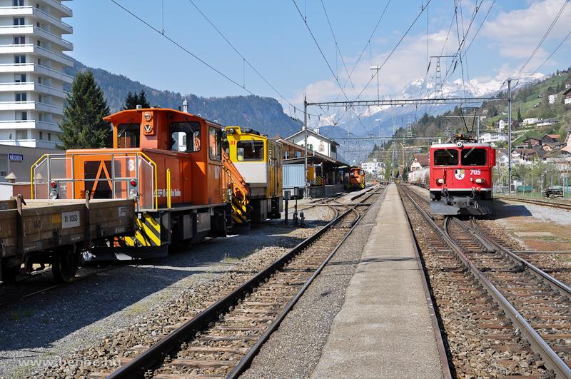 Az RhB Tmf 2/2 87-es traktor, a Tm 2/2 81-es pályafenntartási darus vontató, a Tm 2/2 115-ös traktor és a Ge 6/6 II  705-ös nehéz tehervonati és gyorsvonati szolgálatra beszerzett villanymozdony Ilanz állomáson fotó
