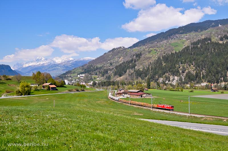 Az RhB  Ge 6/6 II  705-ös nehéz tehervonati és gyorsvonati szolgálatra beszerzett villanymozdony Ilanz és Castrisch között, a háttér már előrevetíti az Oberalppass nehézségeit fotó