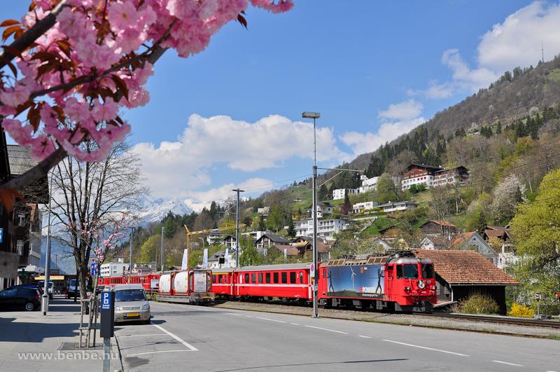 Az RhB Ge 4/4 II  617 pályaszámú   Re  Power   hirdetéssel ellátott mozdonya Ilanzban fotó
