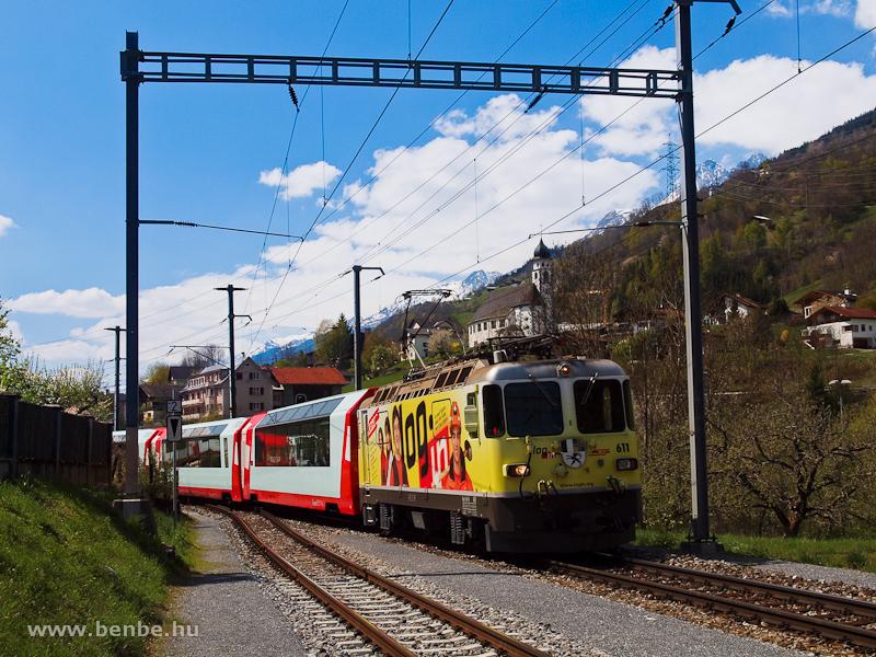 A sárga  log in  reklámruhát viselő Ge 4/4 II  611 a Glacier-express Brig-Chur járatával Tavanasa-Breil/Brigels állomáson fotó