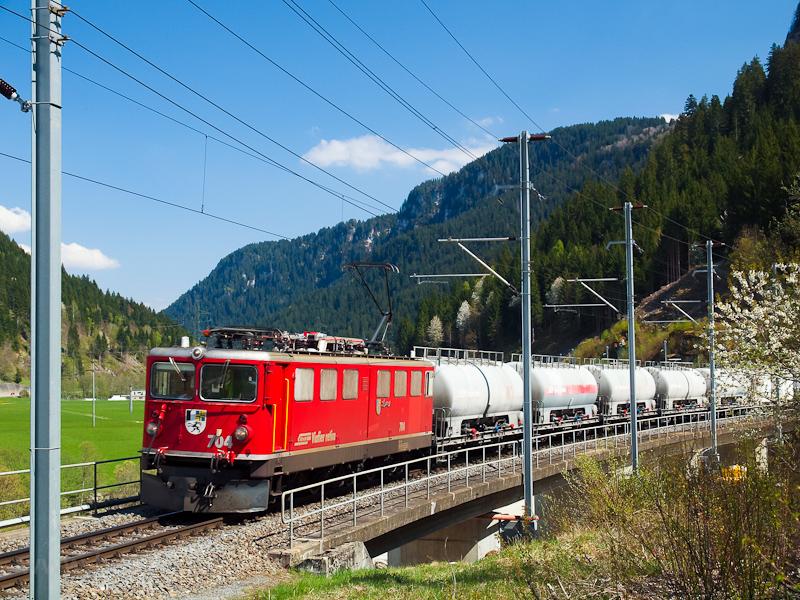 Egy cementvonattal érkezik Tavanasa-Breil/Brigelsbe az RhB egyik kereklámpás mozdonya, a Ge 6/6 II  704 fotó
