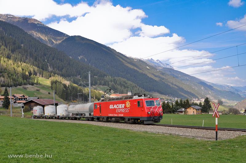 Az MGB HGe 4/4 II  106  Glacier-Express  Disentisben egy rövid, fogaskerekű tehervonattal fotó