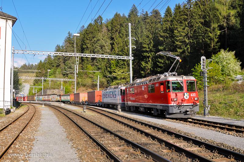 A Ge 4/4 II  632  Zizers  és 616  Filisur  tandemben egy nehéz tehervonat élén Reichenau-Taminsban fotó