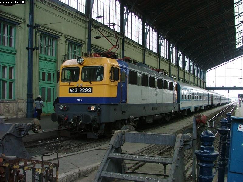 V43 2299 a Nyugati csarnokában fotó