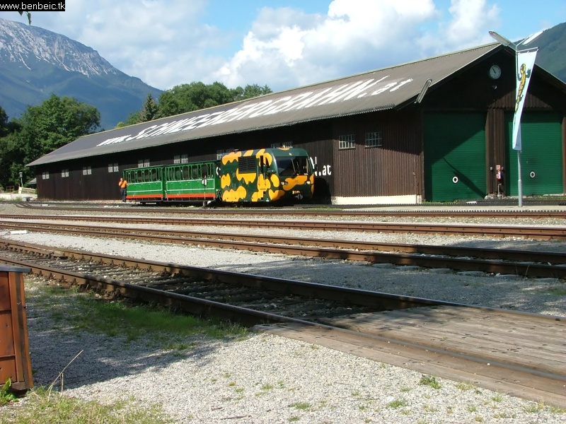 Zöld vonat a régi fûtõház elõtt fotó