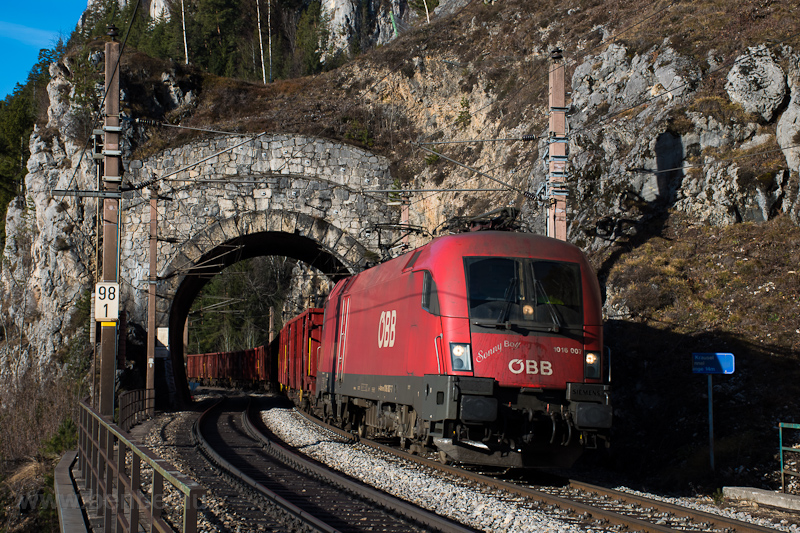 The ÖBB 1016 007 seen betwe photo