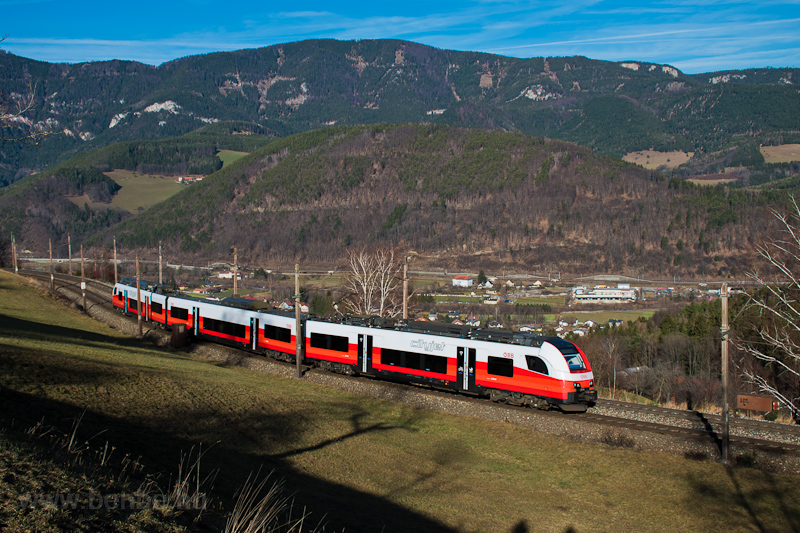 The ÖBB 4746 026 seen betwe picture