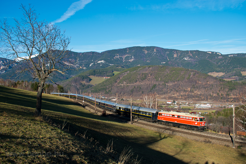 The ÖBB 1042.23 seen betwee picture