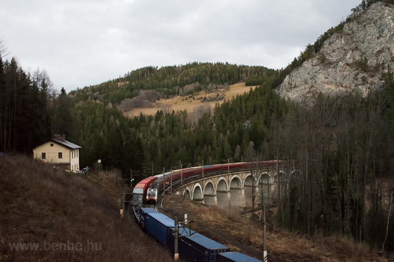 The ÖBB 1216 025 seen betwe photo