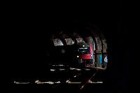 Az ÖBB 1216 017 pályaszámú, olaszországi forgalomra is alkalmas, három áramrendszerű, ES64U3 típusú villanymozdonya Klamm-Schottwien és Breitenstein között a Weinzettlewand-Tunnelben egy Villachon át Udinébe vagy Velencébe tartó railjettel
