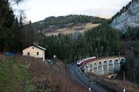 Az ÖBB 4746 026 pályaszámú Desiro ML/Cityjet villamos motorvonata Breitenstein és Wolfsbergkogel között a Kalte Rinne viadukton