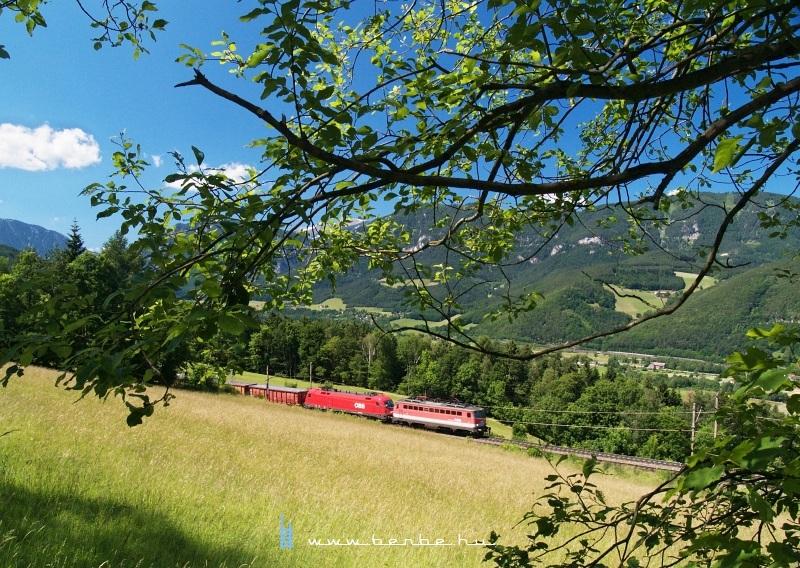 Ismeretlen 1142-es elõfogatol egy szintén ismeretlen Taurust Eichbergnél a Semmeringbahnon fotó