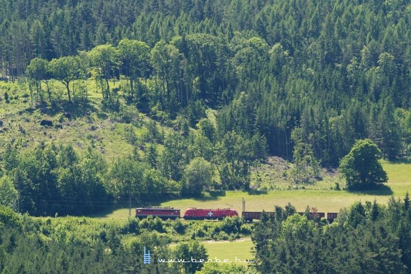 1116 075-1 (Switzerlandlok) egy 1142-vel elõfogatolva Payerbach-Reichenau és Küb között fotó