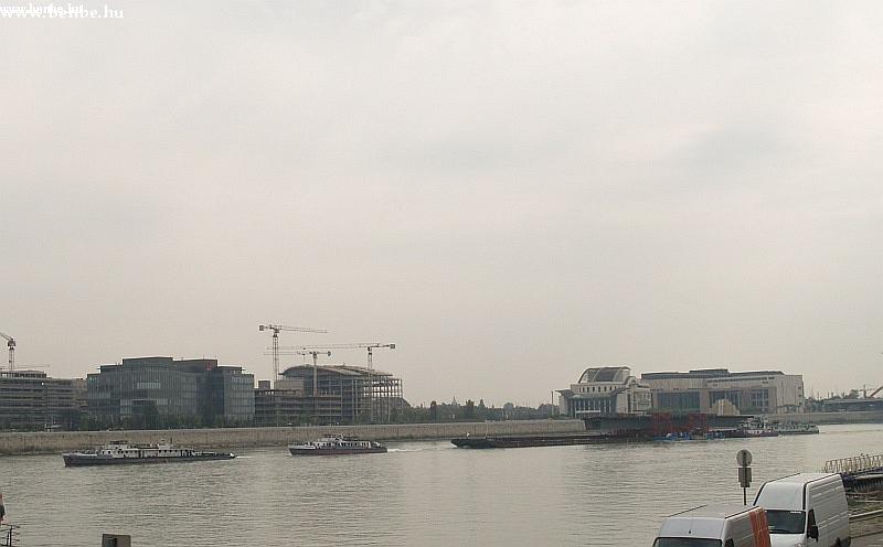 ...hanem a folyón úszó Megyeri híd fotó
