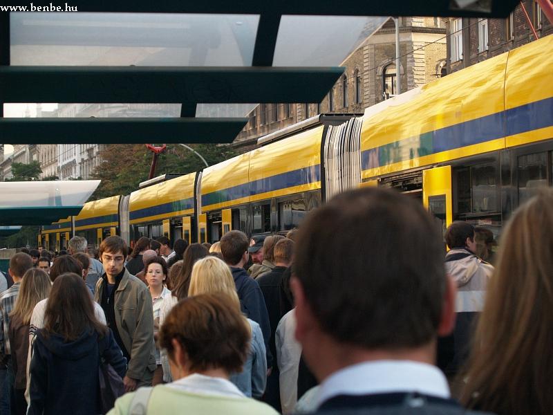 Némi tömeg az Üllõi út megállónál fotó