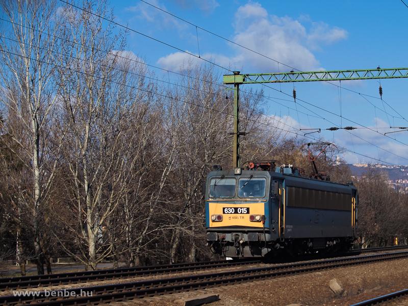 A MÁV-TR 91 55 0 630 015-0 (ex-V63 015) Kelenföld (ex-Budapest-Kelenföld) és Budafok (ex-Budafok-Belváros) között, az albertfalvai kettes toronynál (ex-Budafok-Albertfalva) fotó