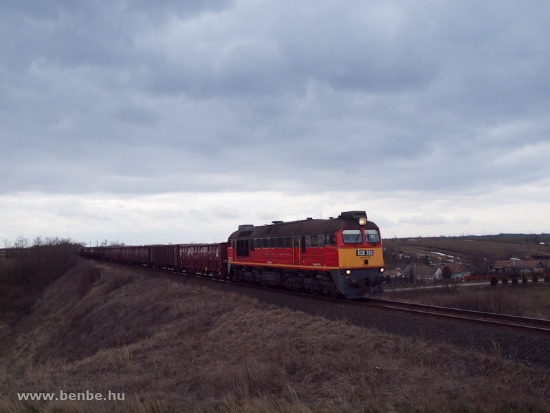 A baleset miatt terelt tehervonat Nagykarácsonynál - a vonógép a MÁV-TR92 55 0  628 333 -0 (ex-M62 333) fotó