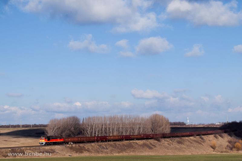 A 92 55 0  628 333 -0 (ex-M62 333) egy terelt tehervonattal Dunaújváros és Nagyvenyim között fotó
