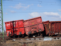 A pile of Eas freight cars after the accident at Rácalmás