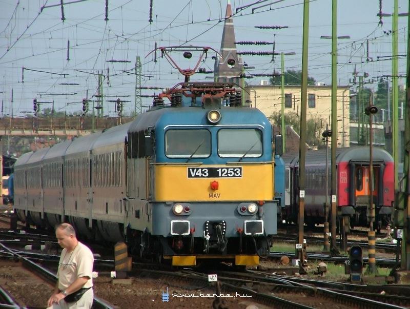 V43 1253 a Keleti pályaudvaron fotó