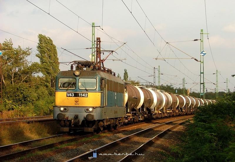 V43 1142 Rákos és Kõbánya-Felsõ között az alsó pályán húz át egy tehervonatot fotó