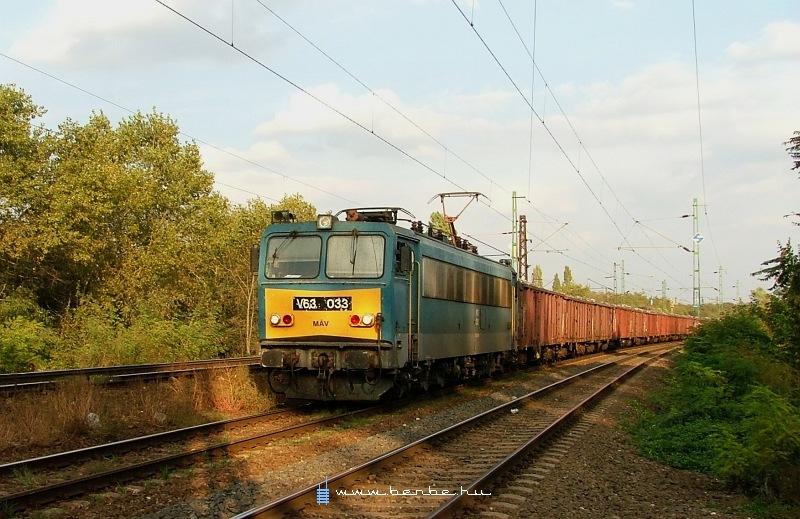 V63 033 Rákos és Kõbánya-Felsõ között az alsó pályán húz át egy tehervonatot fotó
