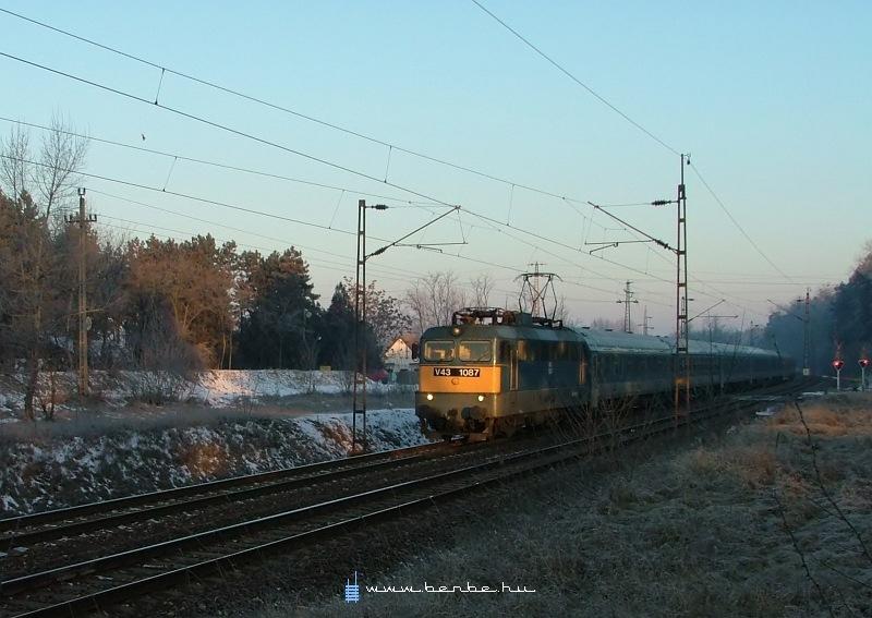 V43 1087 Gödöllõ-Állami telepek megállóhelynél fotó