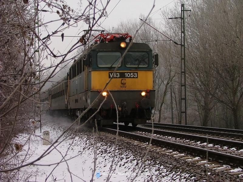 V43 1053 miskolci expresszvonattal (fakultatív helyjegyes gyorssal, 29-05 Bp kocsikkal) Rákosligetnél fotó