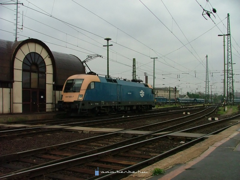 1047 003-7 a Keleti pályaudvaron fotó