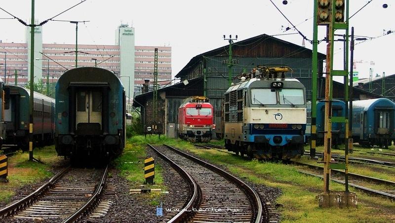350 006-3 és 350 002-2 a Keleti pályaudvaron fotó