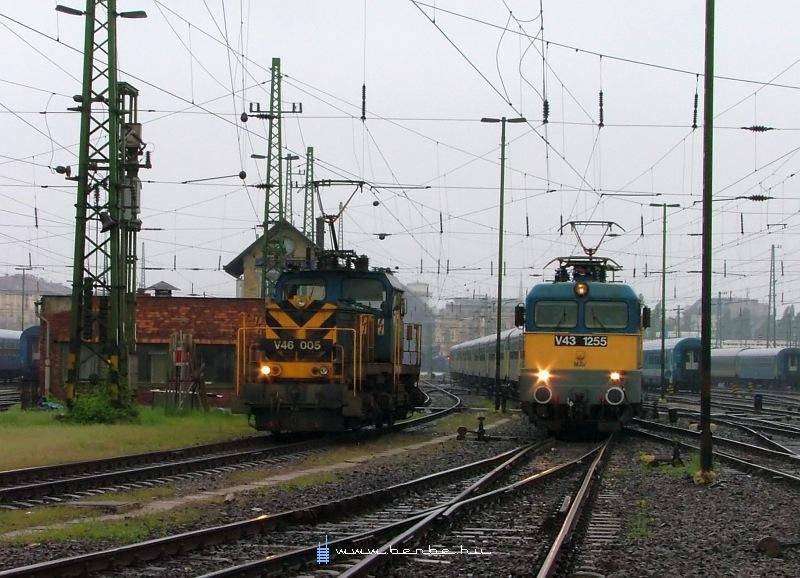 V43 1255 és V46 005 a Keleti pályaudvaron fotó