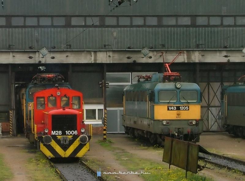 M28 1006 és V43 1205 a ferencvárosi fûtõházban fotó