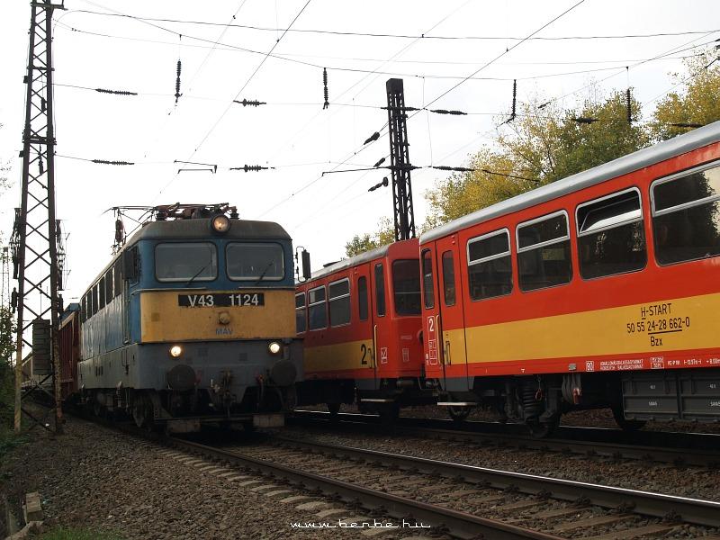 V43 1124 az alsó pályán Rákos és Kõbánya-felsõ között fotó