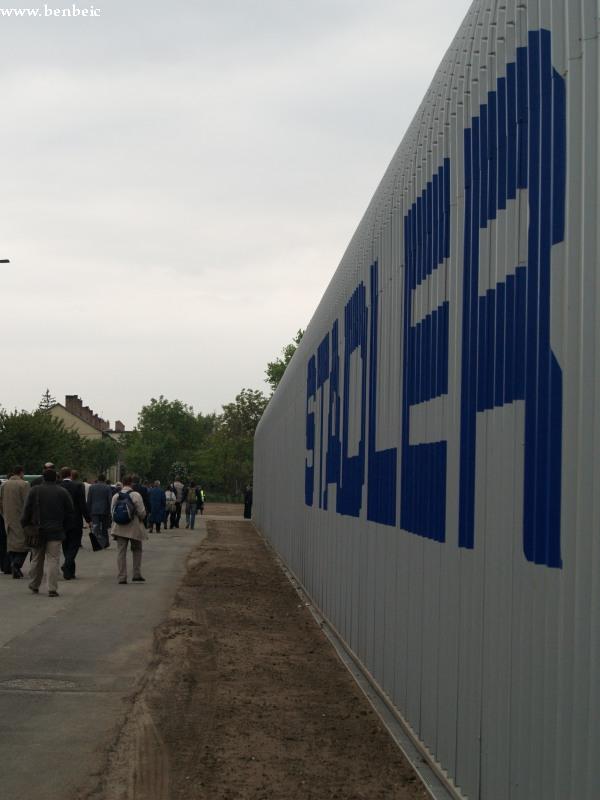 Sokan tartanak a sajtótájékoztató színhelyére fotó