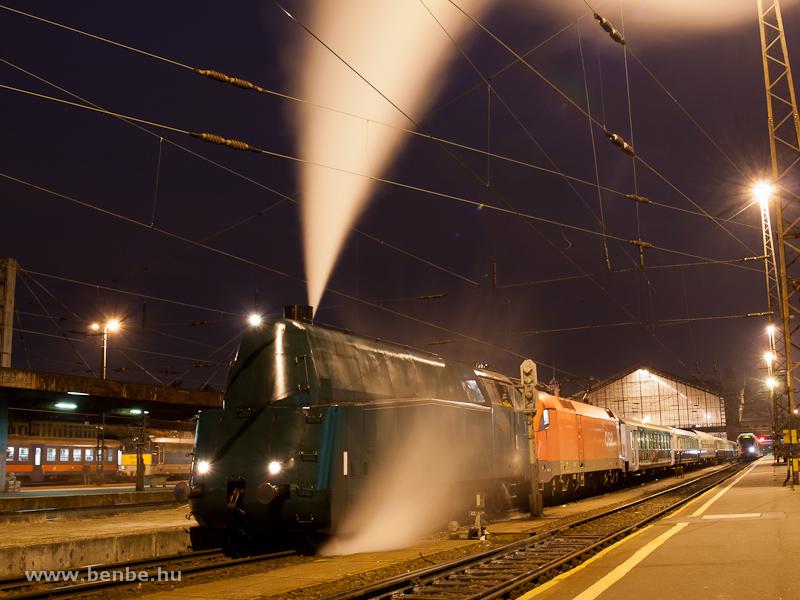 A MÁV Nosztalgia kft. különvonata a Strasshofi Fűtőházba, vonómozdony az ÖBB 1116 011-6, előfogat a MÁV 242,001 fotó