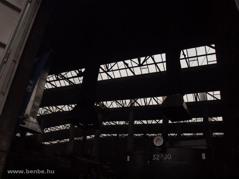A fűtőház teteje és a befűtés alatt álló gépek füstelvezető kürtői fotó