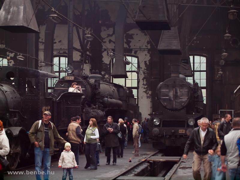 Hatalmas tömeg a fűtőházban, a képen a 310.23 és a 109.13 fotó