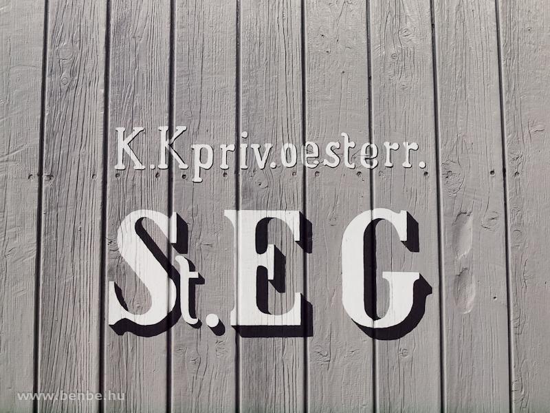 A StEG egy teherkocsijának oldala a cirkalmas cégjelzéssel fotó