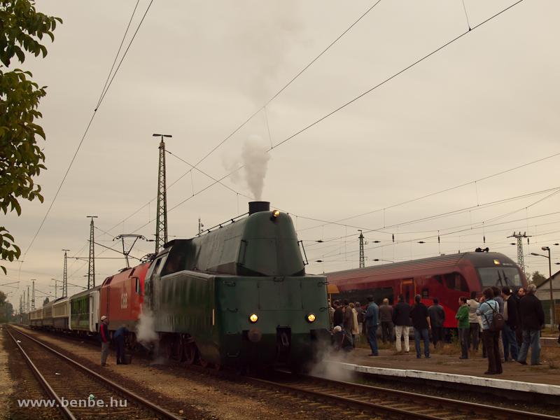 A MÁV 242,001 és az ÖBB 1116 011-4 Nagyszentjános állomáson, a háttérben egy railjet előz fotó