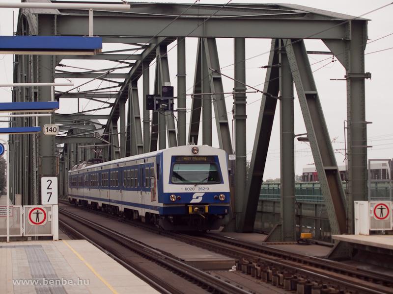 Az ÖBB 4020/6020 262-9 számú motorvonati vezérlőkocsi az Újduna-hídon Handelskai-nál fotó