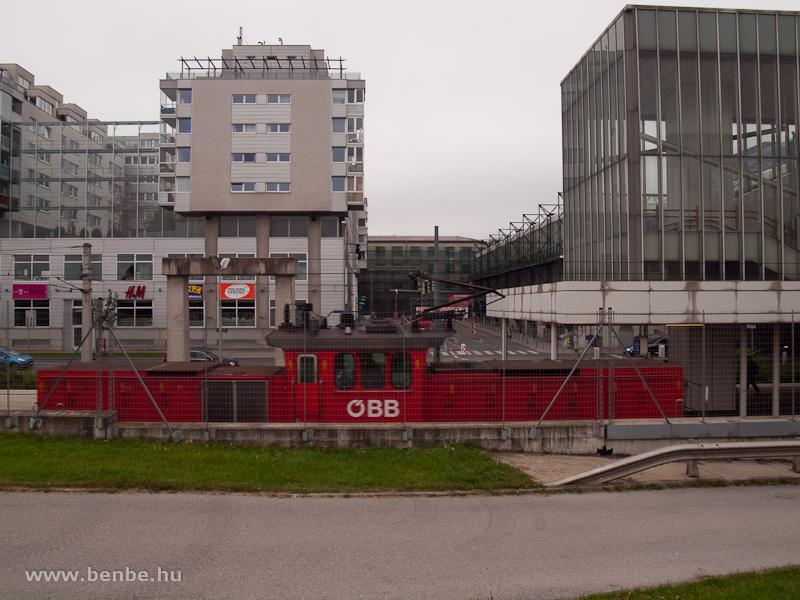 ÖBB 1063-as Handelskai alatt a Duna-parti teherpályaudvarokat kiszolgáló Dounauuferbahnon fotó