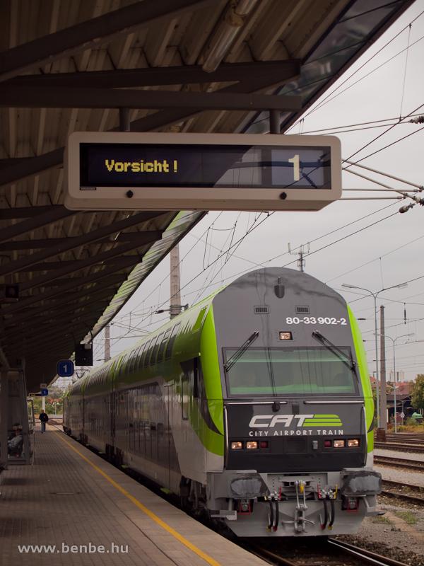 Az ÖBB/CAT (City Airport Train) 80-33 902-2 pályaszámú emeletes vezérlőkocsija Schwechat állomáson fotó