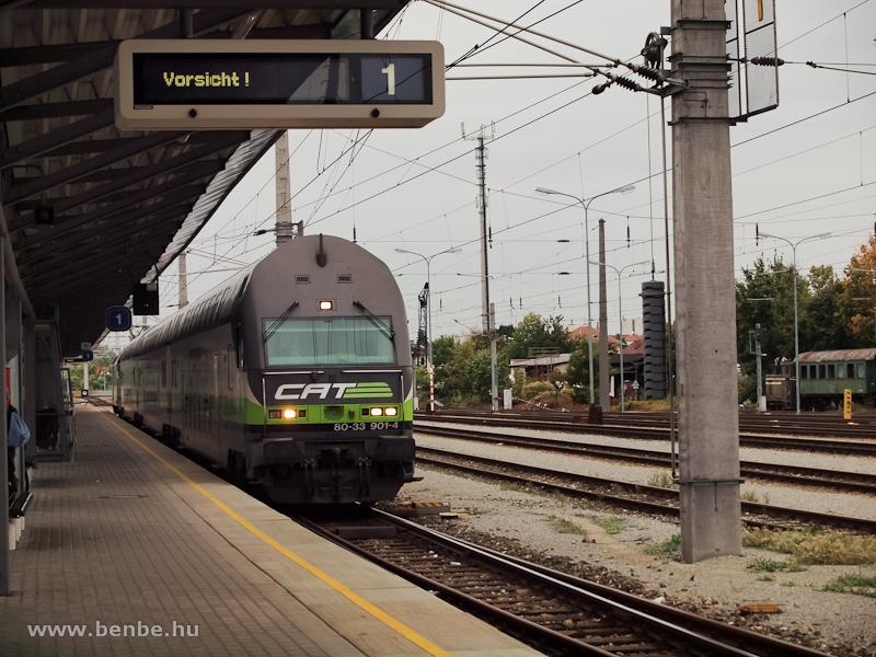 Az ÖBB/CAT (City Airport Train) 80-33 901-4 pályaszámú vezérlőkocsija Schwechat állomáson halad át fotó