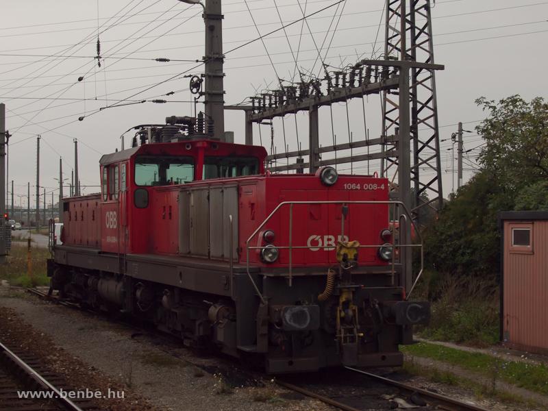 Az ÖBB 1064 008-4 nehéz tolatómozdony Wien Zentralverschiebebahnhof Kledering rendezőpályaudvaron fotó